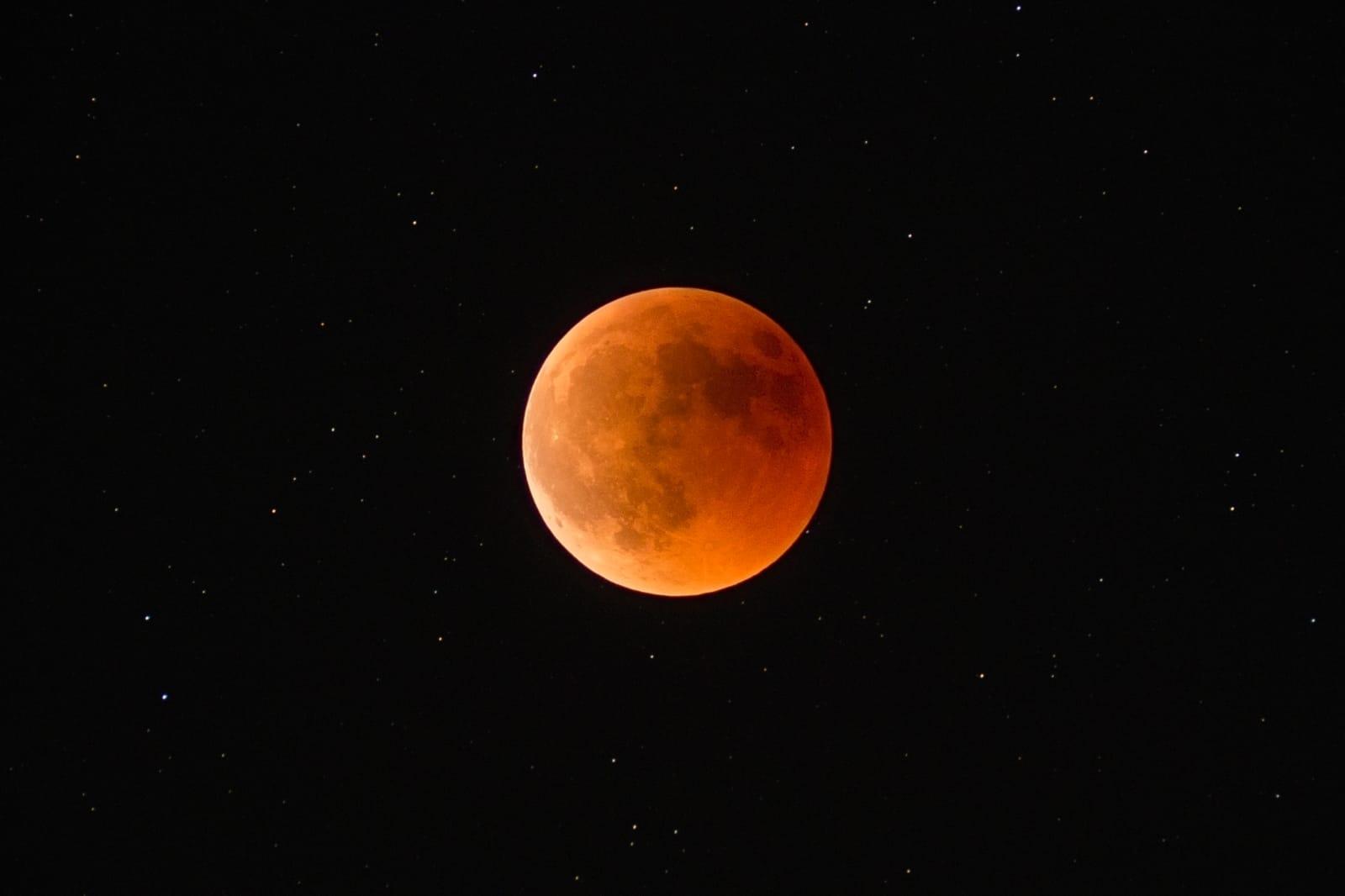 Observación del eclipse con luna roja más largo del siglo XXI en el Xorret de Catí